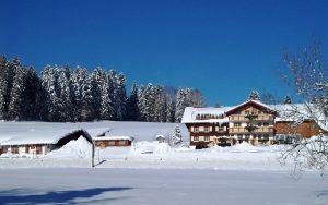 11. Bauernhof Wiedemann aus der Ferne im Winter