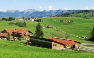 8. Bauernhof Wiedemann mit Blick auf den Hochgrat